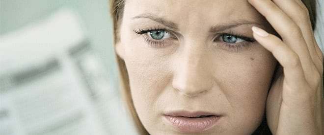 Ansiedad por dolor crónico. Mujer preocupada